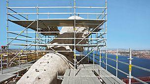 Statua Hrista, Lisabon, Portugal - Zahvaljujući prostranim i geometrijski prilagođenim PERI UP Rosett radnim platformama, postavljenim oko glave statue, omogućen je bezbedan rad na visini i preko 100 m.