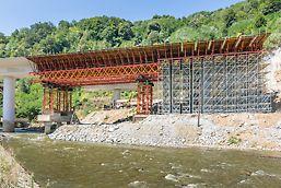 VST tornjevi za velika optetrećenja VARIOKIT modularnog sistema za inženjersku gradnju prenosili su velika, koncentrisana opterećenja na privremene armiranobetonske temelje.