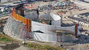 Az asszimmetrikus szerkezet kivitelezése nagy kihívás volt a projekt szerkezetépítője, a Baker Concrete és a zsalu beszállító PERI USA számára egyaránt.