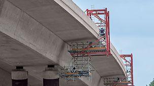 Zwei fahrbare PERI Hängegerüste sorgten für eine optimale Zugänglichkeit zur Brückenuntersicht einer Autobahnbrücke.