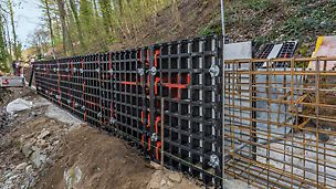 Herstellung einer 120 m langen, 1,20 m hohen, rückverankerten Stützwand aus Stahlbeton