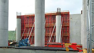 With the help of a crane, large-sized TRIO elements can be moved very quickly thus ensuring valuable time-savings. In one part of the airport building, walls up to 14 m high were realised.