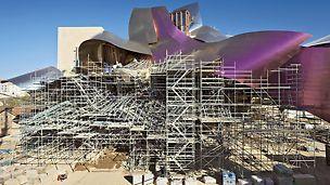 Hotel Marqués de Riscal, Elciego, España - Diseñado por Frank O. Gehry, la complejidad del edificio consiste en numerosos cubículos apoyados entre sí y una cubierta fabricada de titanio que prácticamente flota sobre la estructura.