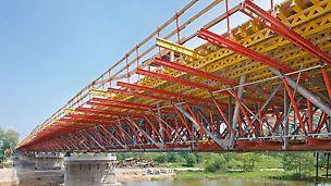 System VARIOKIT zastosowany jako podparcie ponad 3 m wspornika płyty, powiązanego z kratową konstrukcją stalową mostu.