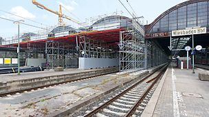 Bild der fünf Stahl-Glas-Hallen während der Erneuerung.