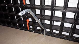 Ausschalhilfe DUO: Zum leichteren und besseren Ausschalen von DUO Paneelen steht ab sofort die Ausschalhilfe DUO zu Verfügung. Diese wird durch die Verbindertasche an der vorderen Seite des Rahmens angesetzt. Somit können DUO Elemente sicherer und schadensfrei ausgeschalt werden.