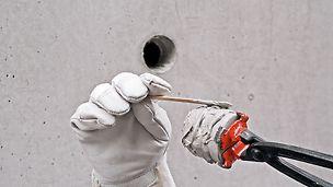 Den Betonkonus mit der Konuszange halten und sowohl die Seiten- als auch die Stirnfläche gleichmäßig mit Kleber bestreichen.