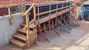 Bezpieczne pomosty robocze i środki dostępu są konstruowane z użyciem wsporników i słupków poręczy DUO oraz elementów drewnianych.