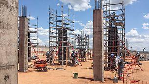 Para ejecutar los pilares de hormigón armado se usan paneles multifunción DUO. Un andamio PERI UP rodea la construcción permitiendo un trabajo seguro.