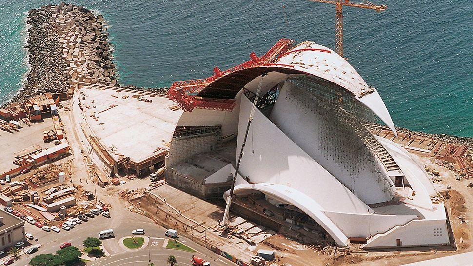 Auditorio de Tenerife, Teneriffa, Spanien - Die schlanke Form des Bauwerks machte die Verwendung des Werkstoffes Beton bei der Realisierung unumgänglich. Ein breites Spektrum an schalungstechnischem Können war erforderlich, um diese Konzerthalle zu fertigen: vom einfachen TRIO Rahmenschalungseinsatz im Fundamentbereich, über Kletterschalungen für die symmetrisch angeordneten, runden und gekrümmten Segelwände bis hin zu einer außergewöhnlichen Sonderkonstruktion auf Basis der ACS Selbstklettertechnik für die rund 100 m lange, selbsttragende Dachkonstruktion.