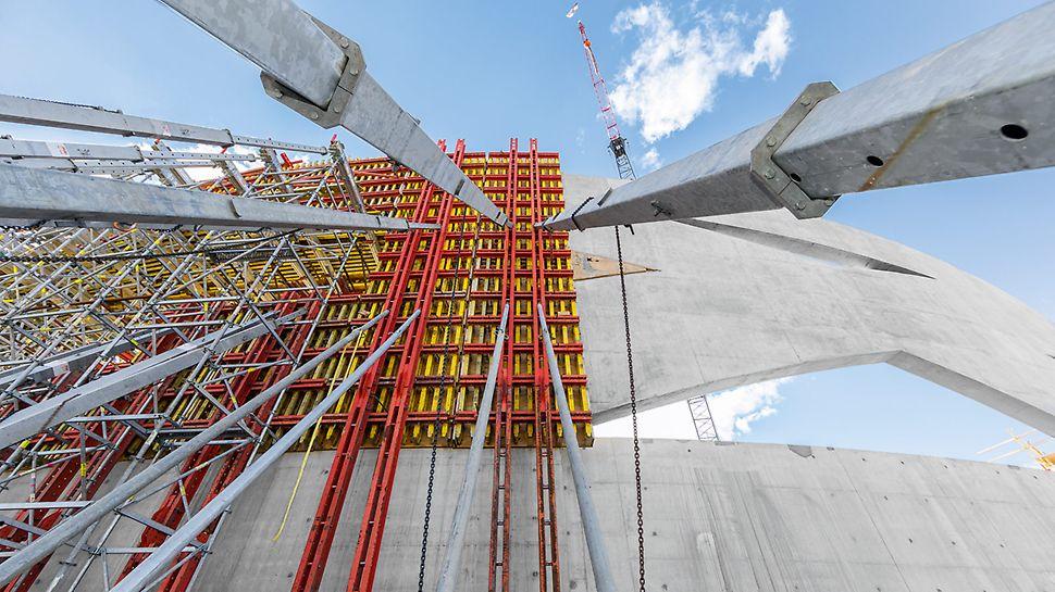 Die komplexe Wandgeometrie erforderte zudem sehr große Betonierabschnitte mit bis zu 36 m Länge und 12 m Höhe.