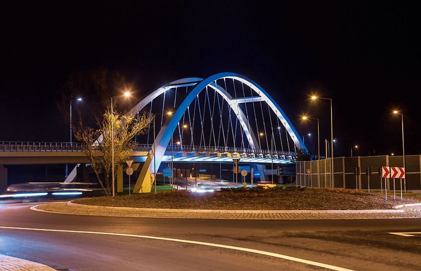 Widok zrealizowanego wiaduktu i nocna iluminacja.