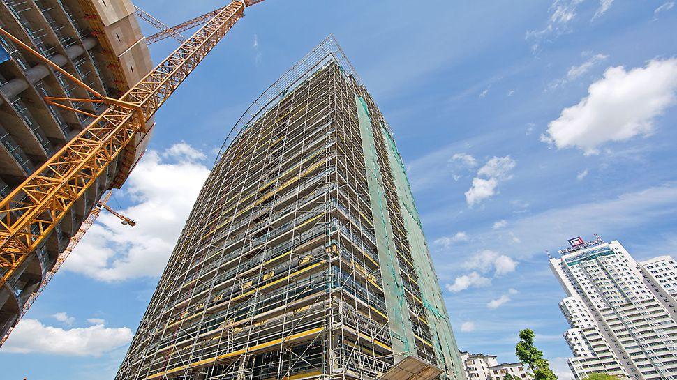 Для облицювання фасадів будівлі PERI забезпечила фасадне риштування PERI UP. Ця система риштування була розроблена для забезпечення швидкої збірки та безпечних умов праці.