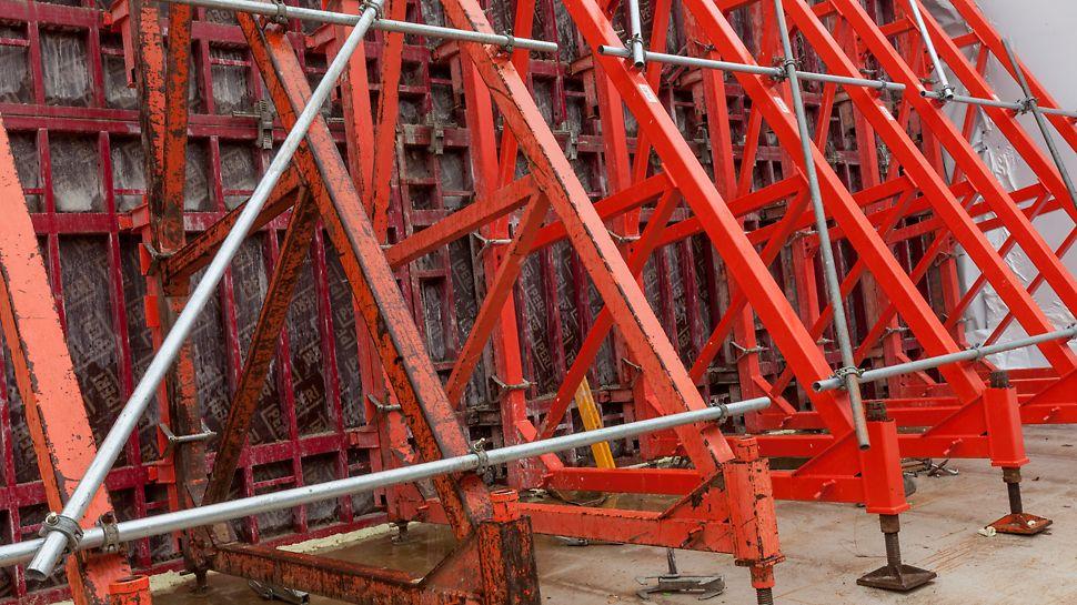 Door het repeterend bekistingspatroon kon over een lengte van 24,5 m steeds dezelfde kistinzet gebruikt worden.