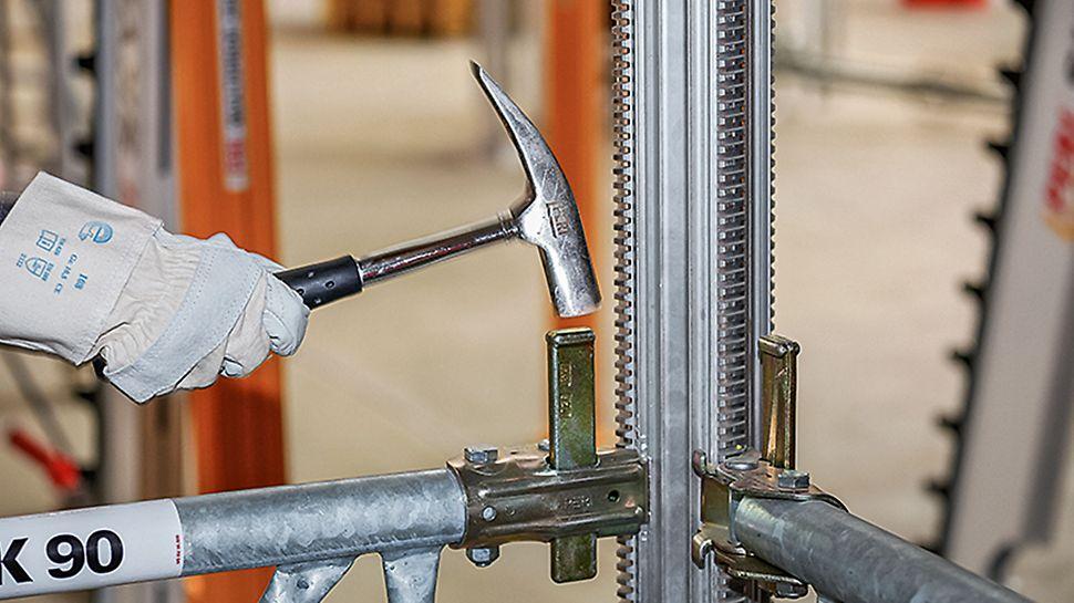 Zum Errichten eines Stützturms werden MULTIPROP Rahmen mit dem unverlierbaren Klemmkeil an die MULTIPROP Stützen angeschlossen. Die Befestigung des Rahmens MRK ist sowohl am Außen- als auch am Innenrohr ohne Einfluss auf den Grundriss möglich.