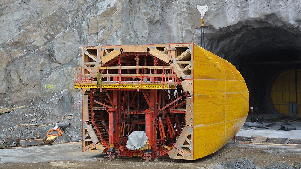 Maßgenau vorgefertigte Schalungselemente ermöglichen den Übergang vom runden in einen quadratischen Tunnelquerschnitt.