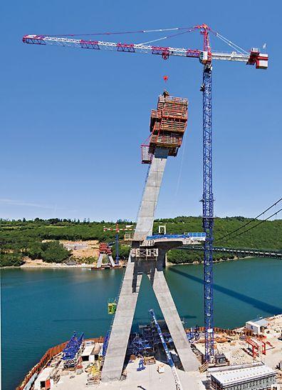 Brücke Térénez, Crozon, Frankreich - Die 515 m lange Schrägseilbrücke verbindet das bretonische Festland im Nordwesten Frankreichs mit der Halbinsel Crozon.