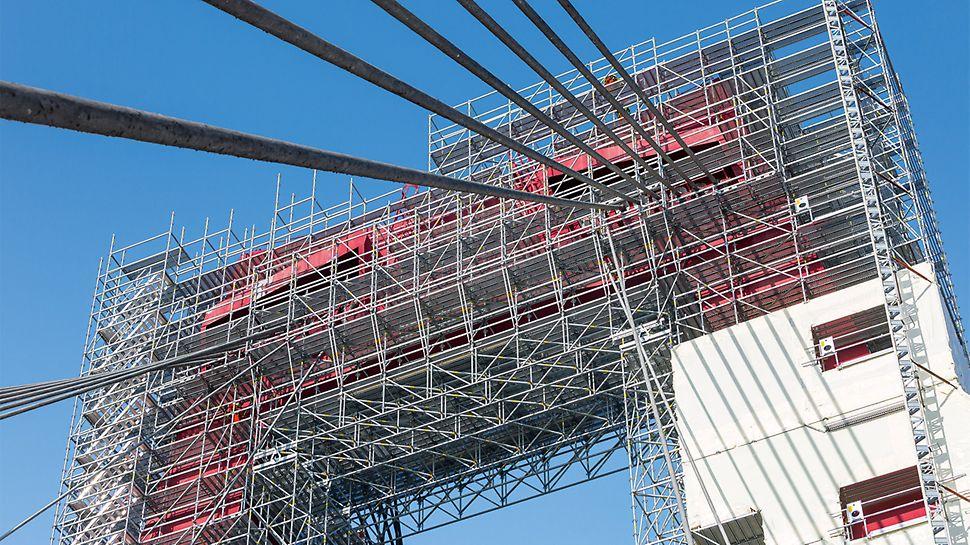 12 m široké přemostění LGS sloužilo jako bezpečná úroveň ve výšce 50 m.