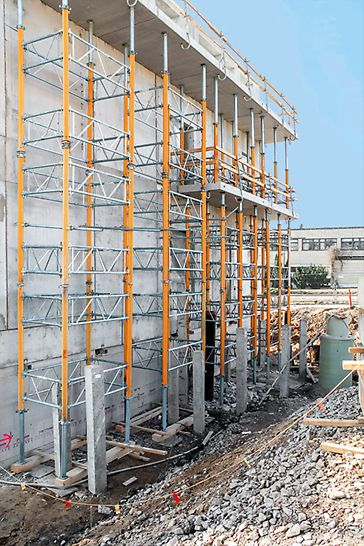 Als Unterstützung für die Balkone wurden MULTIPROP Deckenstützen eingesetzt – und je nach Höhe und Last auch zu Lasttürmen verbunden.