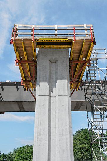 Most přes údolí Porubky, Ostrava: Pochozí lávky na pilíři pro obsluhu ložisek při výsuvu ocelové konstrukce.