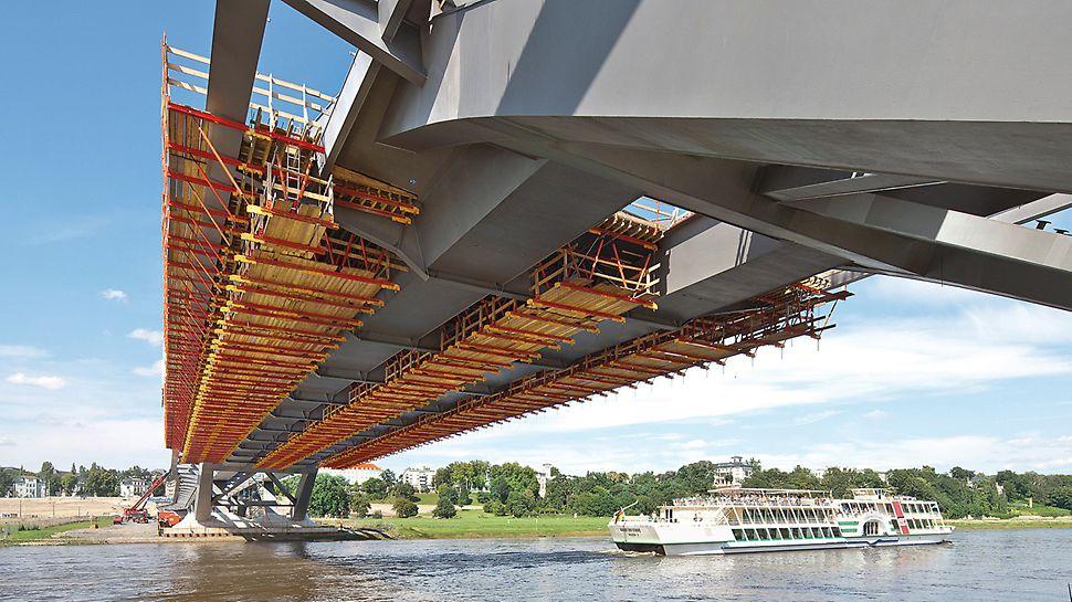 Waldschlösschenbrücke, Dresden, Deutschland - Zwischen den beiden stählernen Bögen entstehen auf einer ca.14 m breiten Fahrbahnplatte vier Fahrspuren, außerhalb kragen Fuß- und Radwege jeweils 4,45 m weit aus.