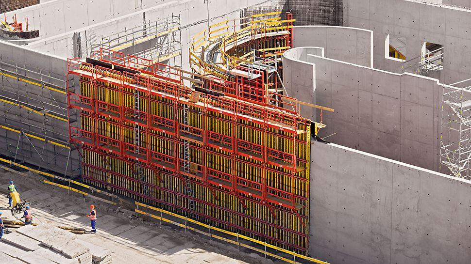 Ustawiony szalunek o wys. h=7,55 m na ścianie Reaktora biologicznego. Pomosty Vario zapewniają wysoki poziom bezpieczeństwa.