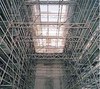 Progetti PERI - Teatro alla Scala, Milano, Italia: impalcature di sostegno, per il montaggio delle travi Vierendel, sopra il palco laterale di servizio, realizzate con PERI UP Rosett e controventate con travi reticolari PERI LGS