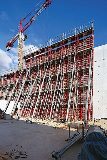 Lascaux IV - Centre International d'Art Pariétal (CIAP): Die TRIO Rahmenschalung ermöglicht die Herstellung der 13,50 m hohen Wände mit variierenden Neigungen. Bis zu 14 m lange RS Richtstützen sorgen für die korrekte Ausrichtung der Elemente.