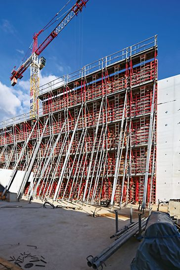 Lascaux IV - Centre International d'Art Pariétal (CIAP): The TRIO panel formwork allows the construction of the 13.50 m high walls with variable inclinations. Up to 14 m long RS push-pull props ensure the correct alignment of the elements.