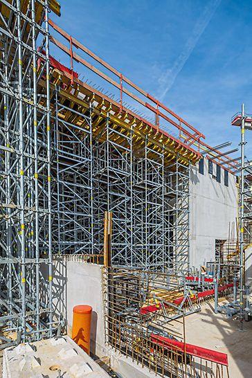 Das Modulgerüst PERI UP Flex sorgt beim Bau der Goetheschule für effizientes Arbeiten und hohe Sicherheit – als Tragsystem bei der Unterstützung hoher Decken und als Bewehrungsgerüst.