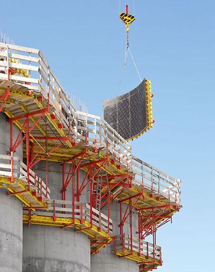 Getreidesilo bei Parma, Italien - Optimale Baustellenergebnisse: PERI Kletterschalungslösung mit CB Kletterbühnen und maßgenau an die Rundung angepasster VARIO GT 24 Wandschalung.