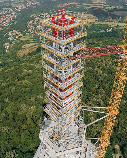 Televizní věž Avala: Špička věže a antény se ve výšce přibližně 200 m daly bezpečně namontovat s pomocí pracovního lešení PERI UP Rosett.