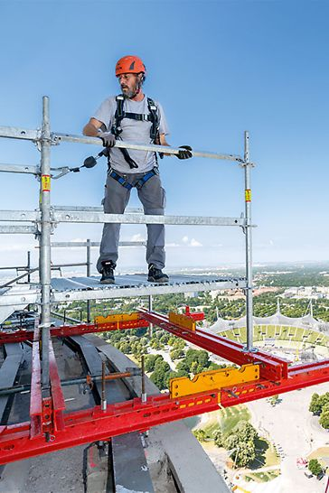 Perfekt kombiniert: Zur Ausbildung des Hängegerüstes an der unteren Turmkanzel wird PERI UP Flex an einer auskragend montierten VARIOKIT Trägerkonstruktion abgehängt.