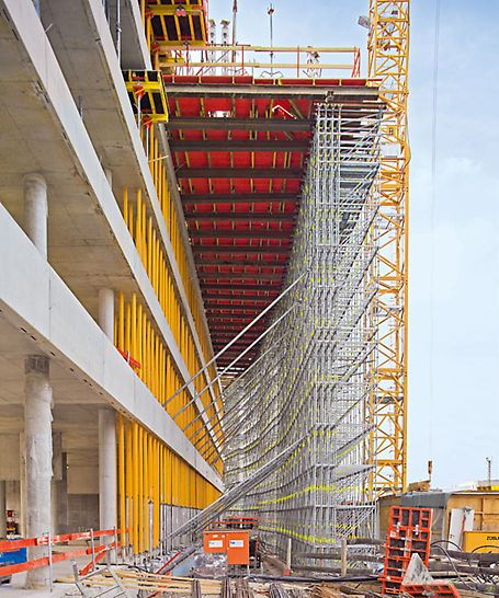 ADAC Zentrale, München, Deutschland - Das 93 m hohe Hochhaus kragt in Richtung der Bahnlinie um 7 m aus. Über eine Länge von 50 m dient ein 18 m hohes PERI UP Traggerüst zur Abfangung der Lasten.