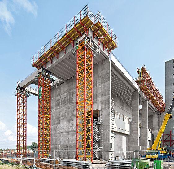 Die VARIOKIT Schwerlasttürme mit einer Höhe von 23,60 m tragen jeweils über 200 t Last. Die liegende Montage von jeweils etwa 10 m hohen Turmschüssen macht den Aufbau der Traggerüste einfach und sicher.