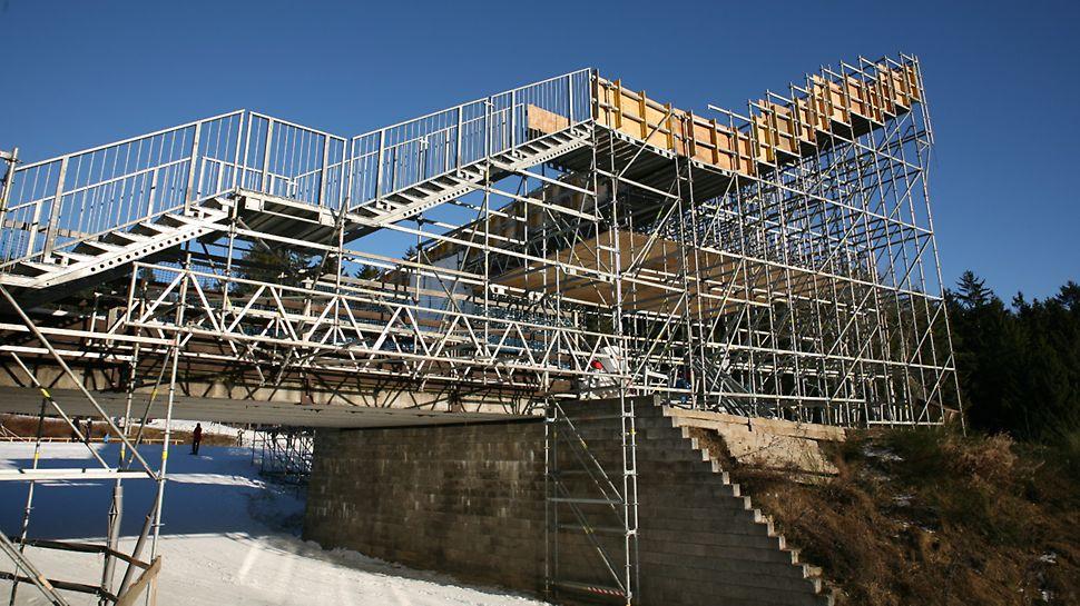 BMW IBU World cup Biathlon, Nové Město na Moravě: Průjezd pod schodištěm – přístup na tribunu u VIP stanu s průjezdem pro závodníky.