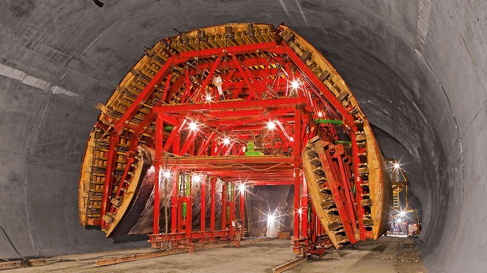 Umgehungstunnel Sotschi, Russland - Zum Verfahren durch den reduzierten Regelquerschnitt konnte die Schalwagenkonstruktion hydraulisch um mehr als 1 m abgesenkt und auf eine Breite von rund 10 m eingeklappt werden.