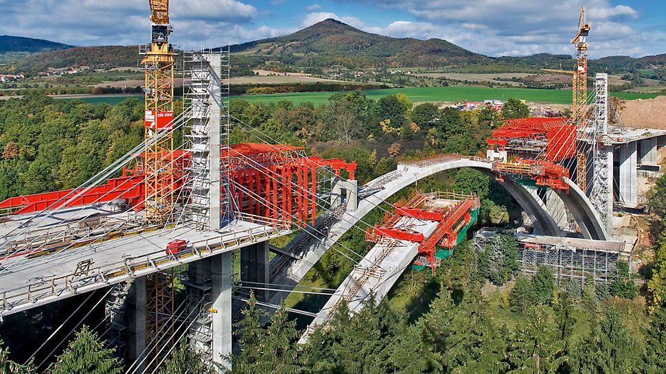 Autobahnbrücke Oparno, Tschechien - Die 258 Meter lange und 50 Meter hohe Bogenbrücke quert das Oparno Tal im böhmischen Mittelgebirge.