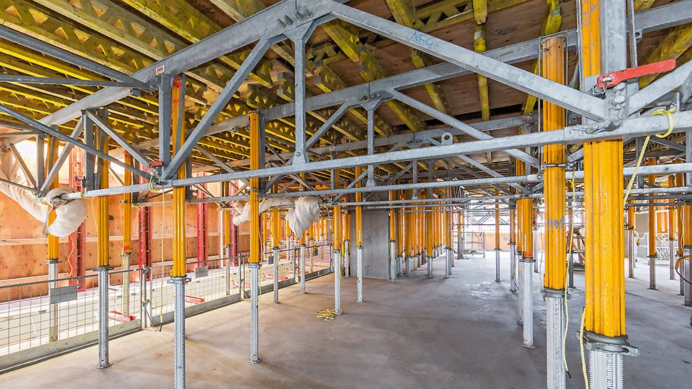 The RCS Protection system fully encloses three working levels, offering safe working conditions for the site personnel and protecting them against bad weather conditions.
