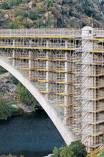 Renovarea podului Ponte Rio Tua, Vila Real, Portugalia - Pentru realizarea principalei căi de acces s-a executat o structură de 19 m înălțime, din componente de schelă PERI UP, prevăzută cu  scări de acces cu trepte de 75 cm lățime.