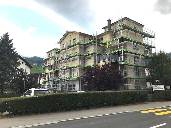 die eingerüstete Südfassade des Gebäudes.