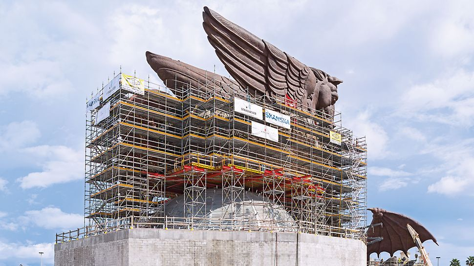 Skulptura Pegaza, SAD - ekonomična kombinacija sistema: PERI UP skela upotpunjena VARIOKIT sistemskim elementima predstavljala je pravo rešenje pogotovo kod velikih raspona.