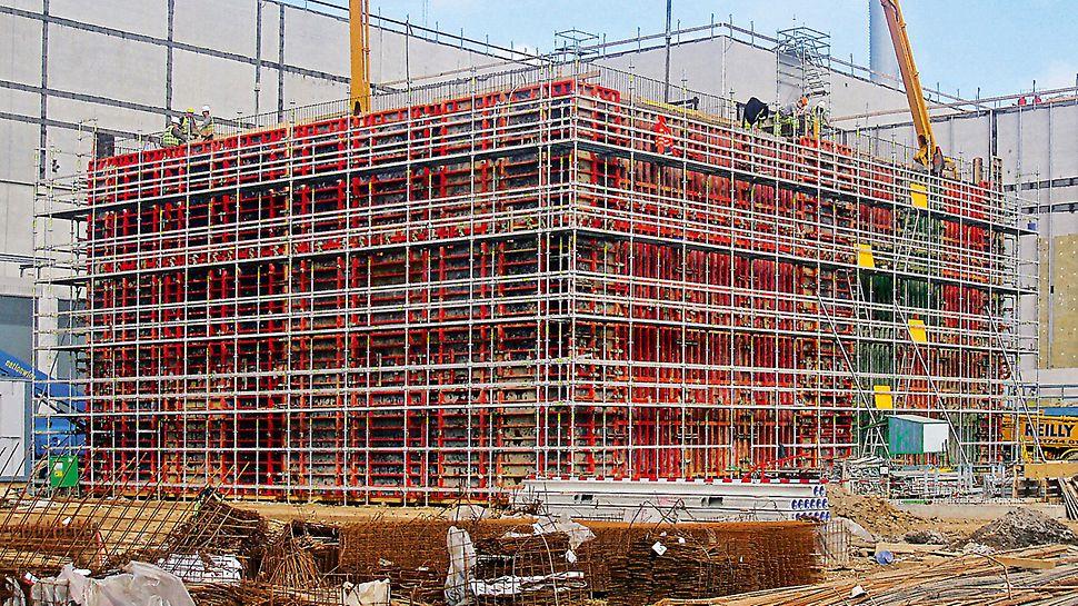 Papírny Palm: Pro bezpečnost práce při obedňování, armování i betonáži 9,90 m vysoké stěny sloužilo na vnější straně bednění pracovní lešení PERI UP Rosett, vybavené požadovaným vnitřním zábradlím.