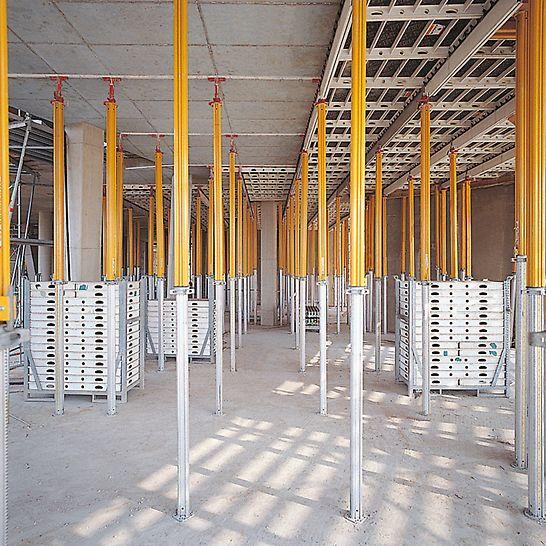 Der Neue Zollhof, Düsseldorf, Deutschland - SKYDECK, mit dem großen Stützenabstand von 1,50 m x 2,30 m, bietet optimale Bewegungsfreiheit beim Quertransport des Materials.