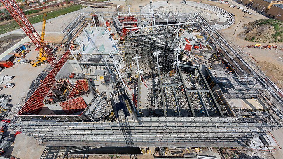 PERI Italien plante und lieferte knapp 800 m² Stahl-Sonderschalung sowie 2.000 m² TRIO und 2.500 m² SKYDECK in kürzester Zeit.