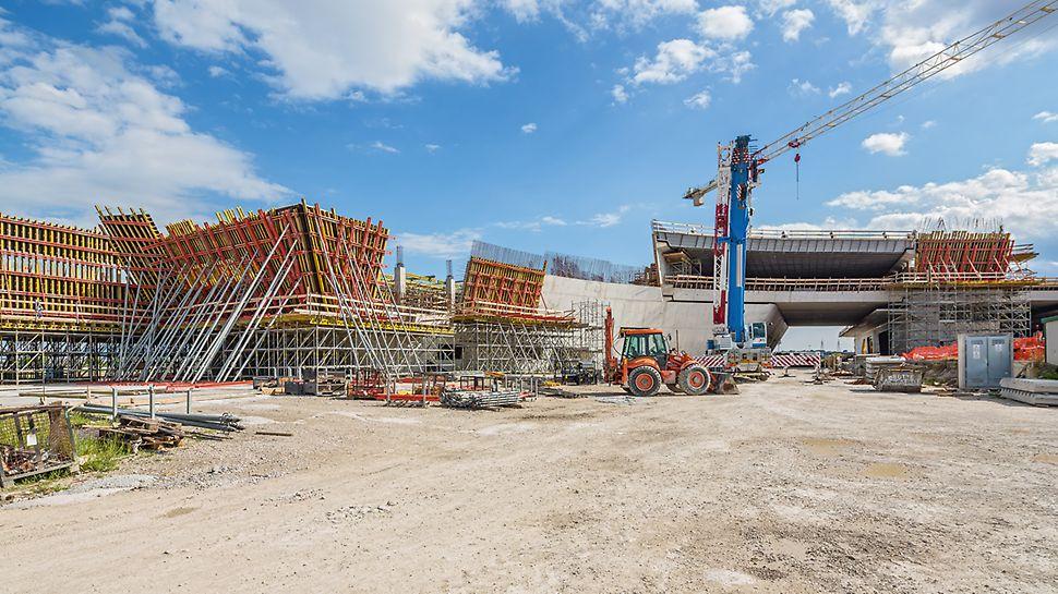 """Nádraží """"Porta del Sud"""": Pro vytvoření zvláštní architektury """"Porta del Sud"""" vyvinuli italští inženýři PERI celkové, hospodárné řešení pro všechny bednicí a lešenářské práce. Kromě standardních systémových dílů bednění bylo navrženo, vyrobeno a dodáno také velké množství speciálních sestav bednění, vytvořených přesně podle požadavků projektu."""