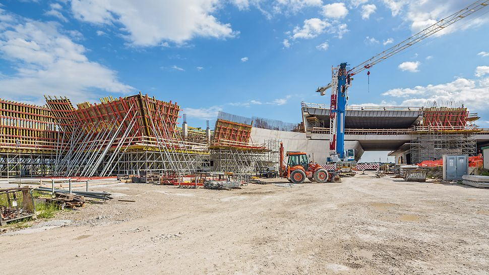 "For the design of the very special ""Porta del Sud"" architecture, PERI´s Italian engineers developed a cost-effective overall solution for all formwork and scaffolding work. In addition to standard formwork systems, a large number of customized formwork elements were planned, produced and delivered."