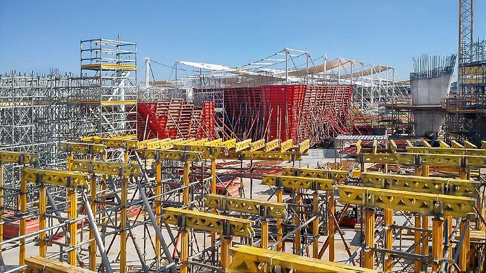 Palazzo Italia Milano Expo 2015 - La grande combinabilità dei sistemi di casseforme e impalcature disponibili nel parco nolo PERI ha accelerato l'avanzamento della costruzione