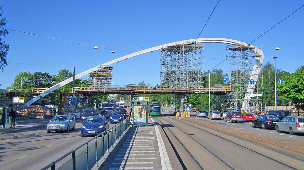 Auroran sillan huomaa kaariensa ansiosta jo kaukaa.