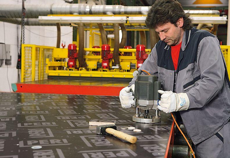 Kleinere Beschädigungen der Schalhaut, meist durch Rüttelflaschen entstanden, werden mit Reparaturfurnieren behoben.